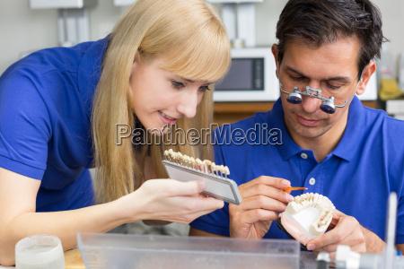 zahntechniker in dentallabor