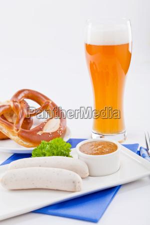 bayerisches weisswurst fruehstueck mit brezel und