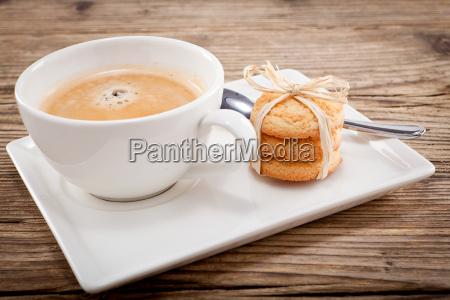 heisser schwarzer kaffee mit hausgemachtem gebaeck