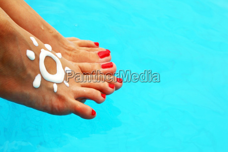 schoene weibliche beine im pool