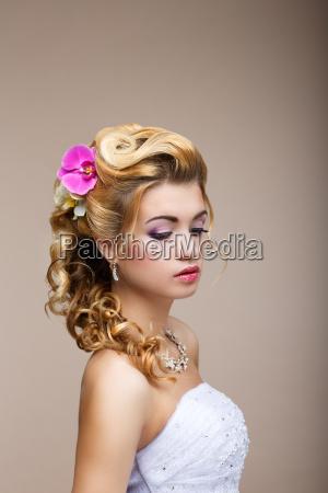 traeume verlangen durchdachte luxurioese braut blondine