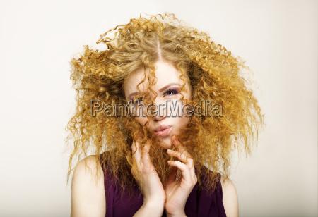 verlegenheit shaggy rothaarigen curly frau grimassieren