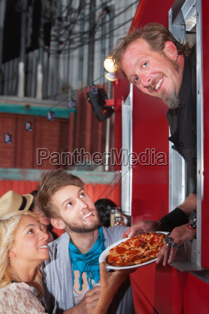 chef mit pizza auf nahrungsmittel lkw