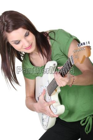 junge frau die gitarre zu spielen