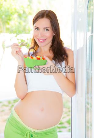 schwangere frau die salat isst