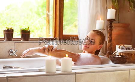 sinnliche frau in der badewanne