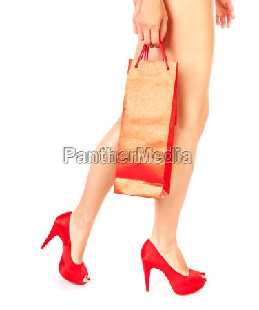 maedchen mit roten einkaufstasche