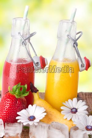 fruchtsaefte mit eis vor natuerlichen hintergrund