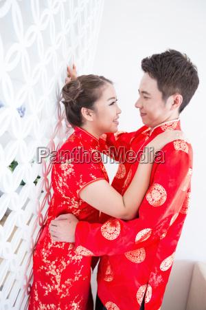 glueckliche junge chinesische paare