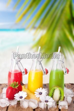 fruchtcocktails am strand