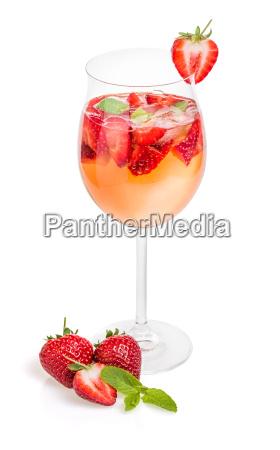 cocktail mit erdbeeren und minze in