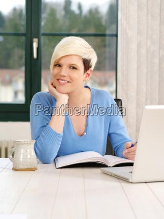 herrliche frau arbeitet am laptop