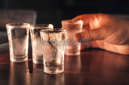 glas becher trinkgefaess kelch wodka spiritus