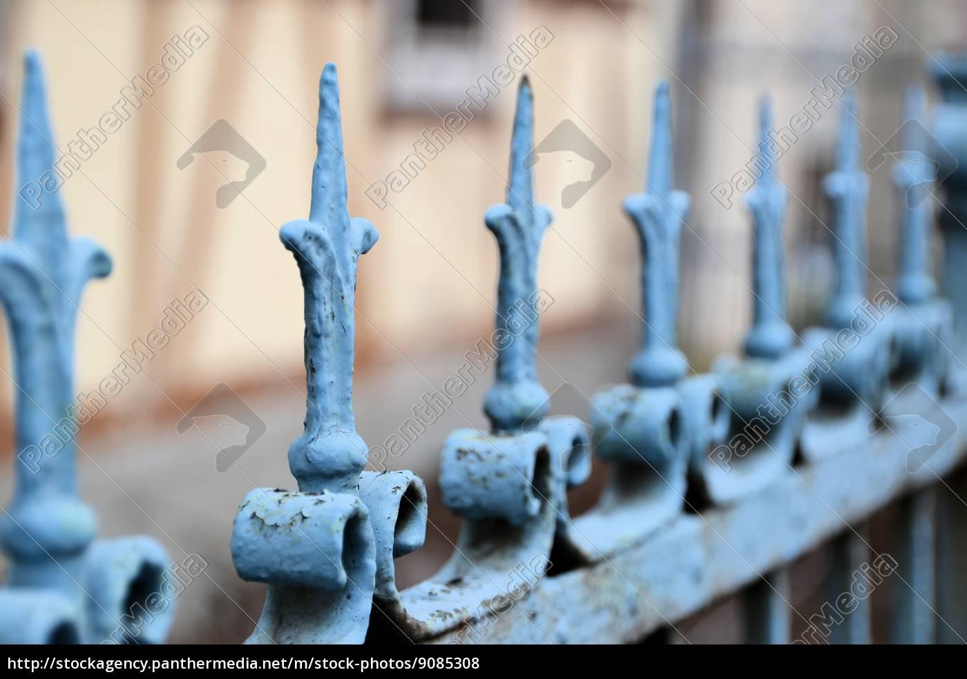 Ein Zaun Aus Metall Vor Einem Haus Lizenzfreies Foto 9085308