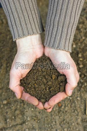 hand haende landwirtschaft fruehling gaertner kompost