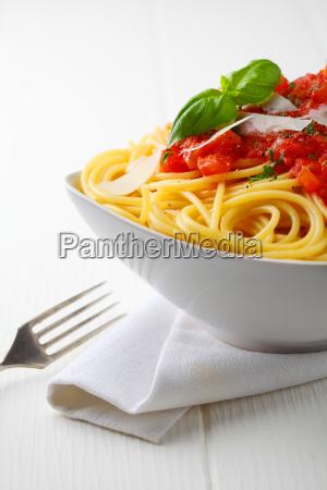teigpfanne mit tomatensauce und frischem basilikum