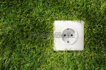 aussen steckdose im gruenen gras