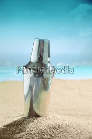 martini cocktail shaker auf dem strand