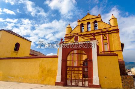 gelbe und rote kirche
