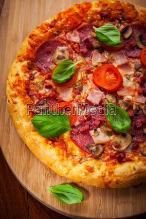 traditionelle pizza mit salami und pilzen