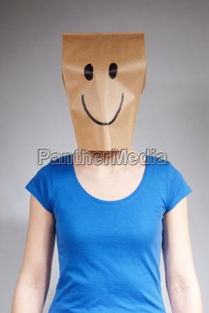 glueckliche papiertuete person