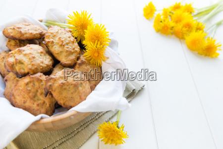 kekse mit loewenzahnblumen