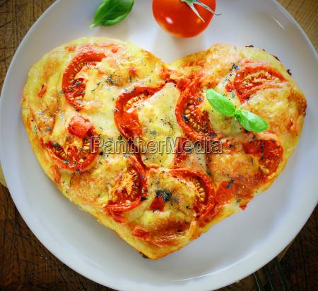 romantisches herz praegte italienische pizza