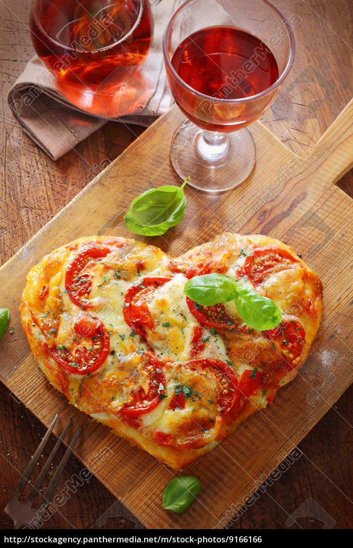 herzförmige, pizza, mit, rotwein - 9166166