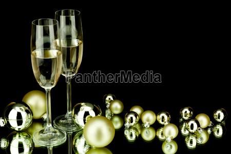weihnachtsdekoration kugeln und champagner sekt matt
