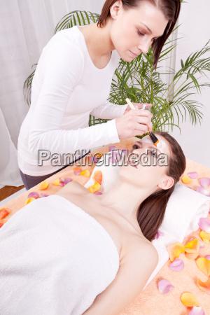 junge brunette frau bei einer pflegenden