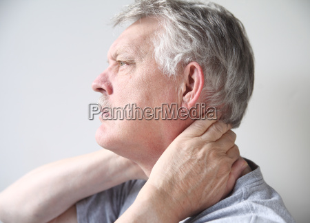 mann mit schmerzen in hals