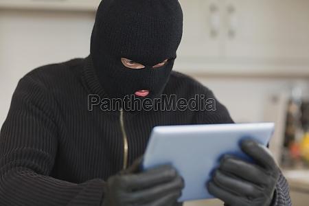 einbrecher holding tablette pc