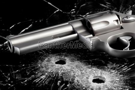 gun mit einschussloechern in glas