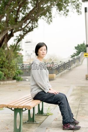 frau sitzen auf der bank