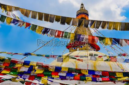 bouddhanath stupa und bunte buddhistische flaggen