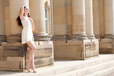 attraktive bruenette frau im kurzen kleid