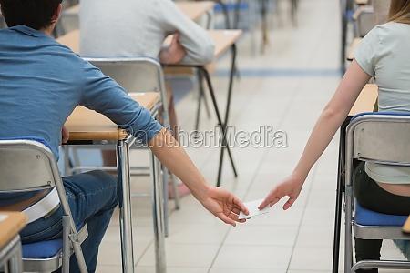 betrunkene studenten in einem klassenzimmer