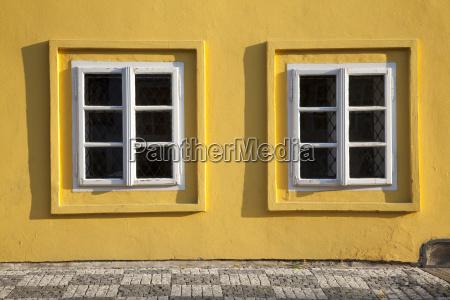 gelbes haus und fenster