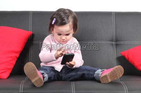 laessiges baby auf einer couch sitzen