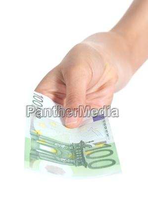 frau die eine hundert euro banknote