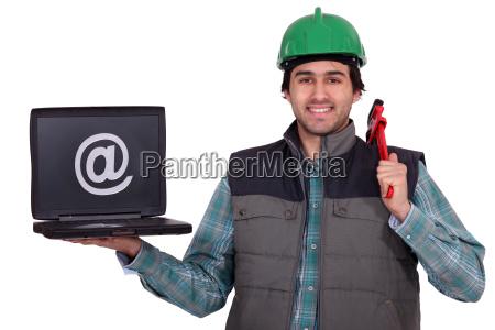 klempner der laptop haelt