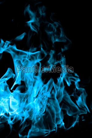 blaues feuer auf schwarzem hintergrund