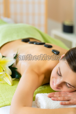 frau erhaelt eine massage im spa
