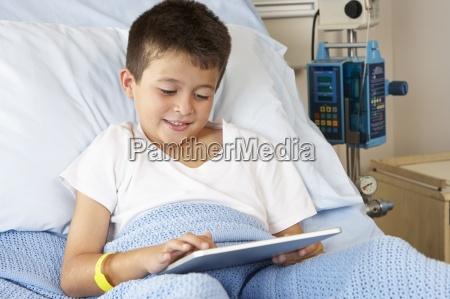 junge der im krankenhaus bett mit