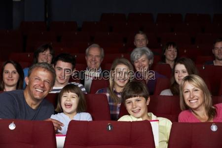 familie vor dem film im kino
