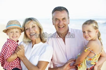 grosseltern und enkelkinder strand feiertag geniessen