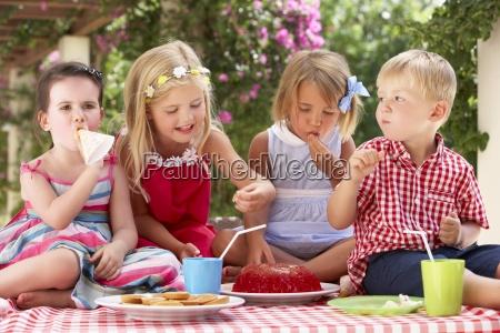 gruppe kinder essen jelly am aussen