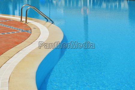 schwimmbad im touristischen resort waehrend der