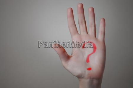 rote fragezeichen auf einer hand