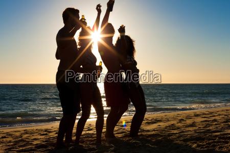 leute machen party am strand mit
